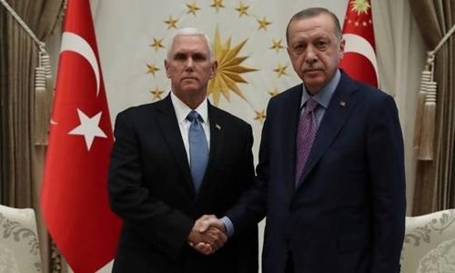 Tổng thống Thổ Nhĩ Kỳ Recep Tayyip Erdogan (phải) bắt tay Phó tổng thống Mỹ Mike Pence trong cuộc thảo luận ngày 17/10 ở Ankara. Ảnh: AP.