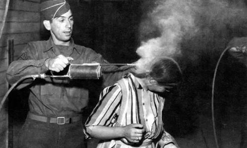 Quân Đồng minh phun DDT lên tù nhân được giải cứu từ trại tập trung của Đức thời Thế chiến II. Ảnh: CMH.