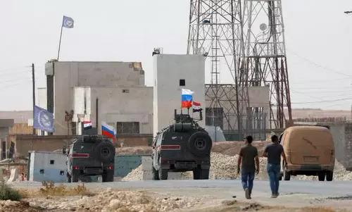 Xe quân cảnh Nga tuần tra tại Manbij hôm 15/10. Ảnh: AFP.