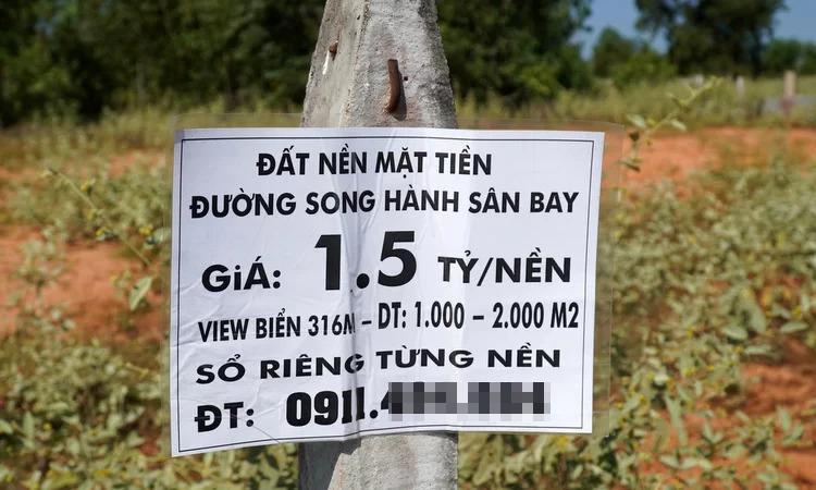 Biển quảng cáo bán đất nền dọc các con đường. Ảnh: Việt Quốc.