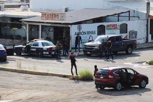 Các tay súng của băng đảng ma túy trong cuộc đụng độ với lực lượng an ninh tại thành phốCuliacan, bang Sinaloa hôm 17/10. Ảnh: Reuters.