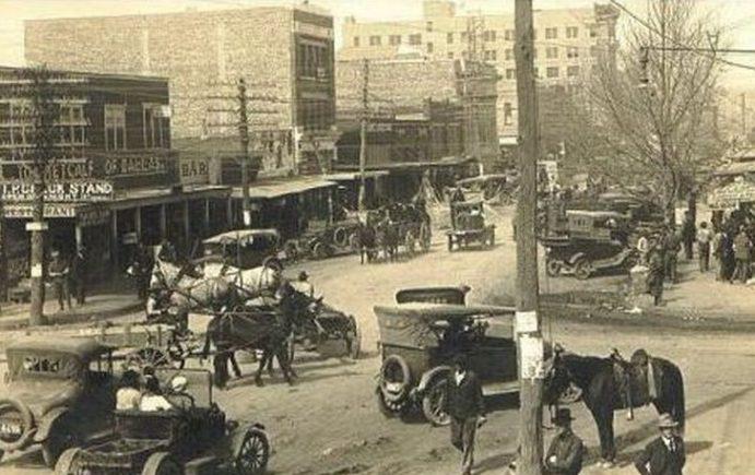 Một thị trấn mới nổi nhờ phát hiện giếng dầu tại bang Texas vào thập niên 1910. Ảnh: Aoghs.