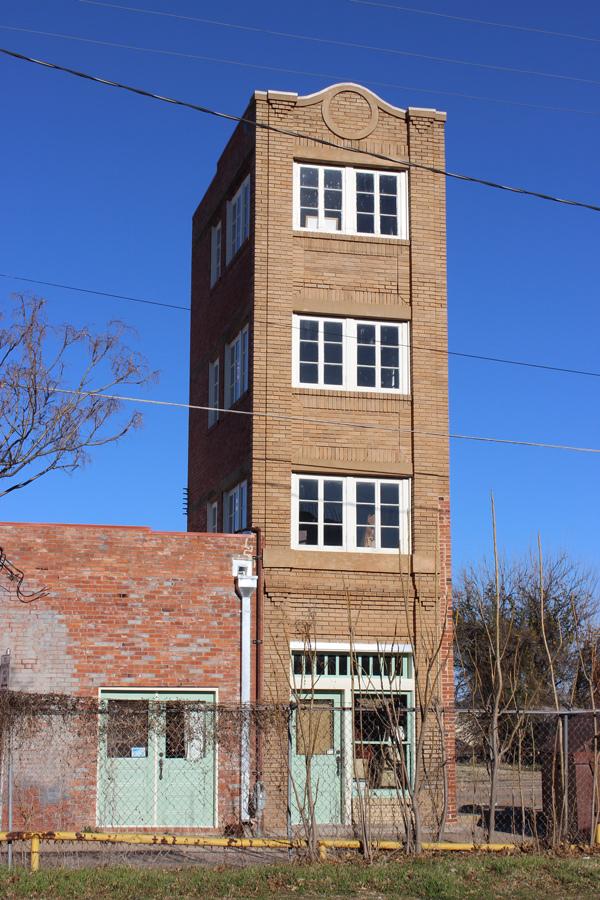 Tòa nhà cao tầng mới xây chỉ cao bốn tầng, tổng 12 m. Ảnh: Travis K. Witt/Wikimedia.