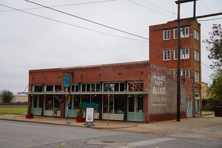 Tòa nhà 480 inch được xây bên cạnh căn nhà một tầng được dùng làm văn phòng làm việc ban đầu. Ảnh: Michael Barera/Wikimedia.