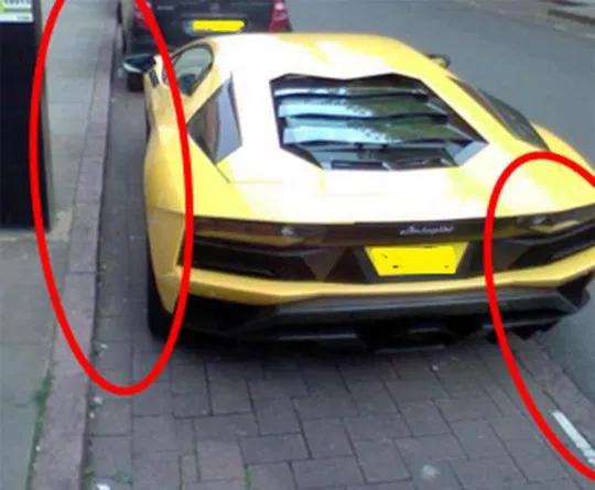 Khoảng trống khá nhiều giữa siêu xe và vỉa hè, đồng thời chiếc Lamborghini lại chờm ra khỏi vạch kẻ phía người đường. Qua ảnh có thể thấy một chiếc máy tính tiền đỗ xe màu đen trên hè. Ảnh: Ảnh: Nottingham Post/BPM Media