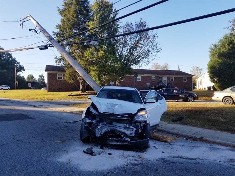 Ôtô đâm gãy cột điện sau khi cặp vợ chồng vừa cho con vào trường.