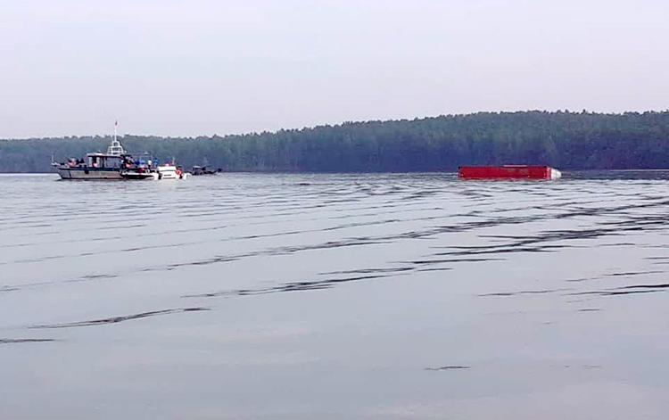 Lực lượng chức năng tiếp cận tàu chìm. Ảnh: Cảng vụ Hàng hải TP HCM.