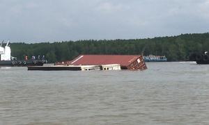 Tàu chở gần 300 container chìm ở Cần Giờ