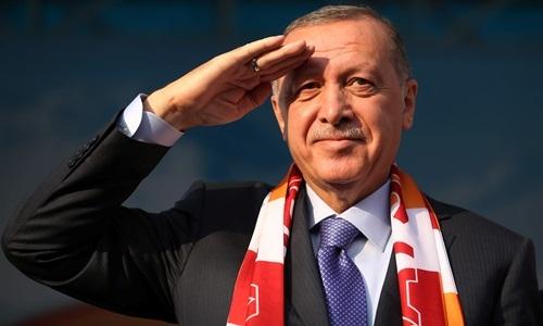 Tổng thống Thổ Nhĩ Kỳ Recep Erdogan chào kiểu quân đội khi xuất hiện tại thành phố Kayseri hôm nay. Ảnh: Reuters.