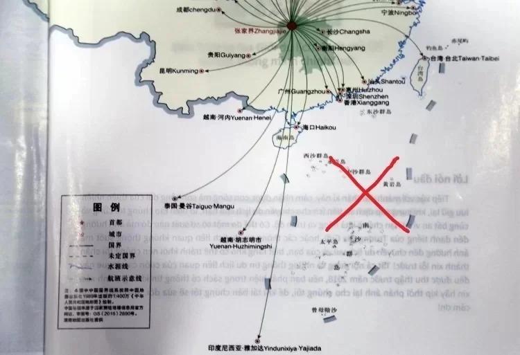Bản đồ có đường lưỡi bò ở cuối quyển cẩm nang được Công ty Lữ hành Saigontouris phát cho khách. Ảnh: Hữu Nguyên.