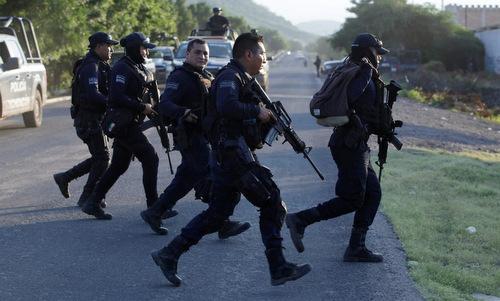 Cảnh sát Mexico đột kích một hang ổ tội phạm. Ảnh: Reuters.