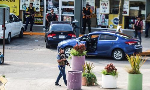 Các tay súng thuộc băng đảng ma túy triển khai trên đường phố Culiacan, bang Sinaloa, Mexico hôm 17/10. Ảnh: Reuters.