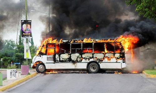 Một xe buýt bốc cháy trong cuộc đụng độ giữa băng đảng ma túy và lực lượng an ninh tại thành phố Culiacan, Mexico hôm 17/10. Ảnh: Reuters.