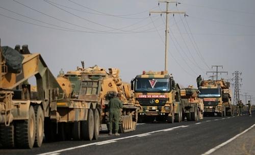 Các phương tiện quân sự Thổ Nhĩ Kỳ trên con đường gần thị trấn biên giới Ceylanpinar, giáp Syria hôm 18/10. Ảnh:Reuters.