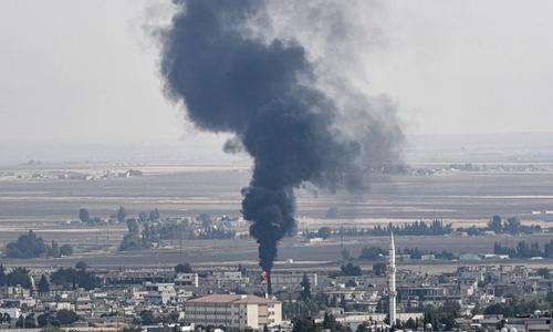Khói bốc lên từ thị trấnRas al-Ain, Syria ngày 18/10. Ảnh: AFP.