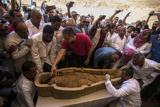 Buổi lễ mở nắp quan tài diễn ra tại thành phố Luxor, Ai Cập. Ảnh: NBC News.