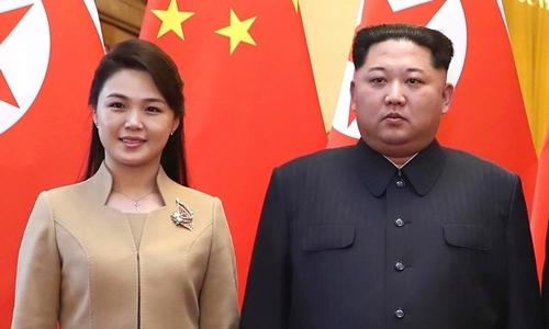 Lãnh đạo Triều Tiên Kim Jong-un (phải) và phu nhânRi Sol-ju tại Bắc Kinh tháng 3/2018. Ảnh: Xinhua.