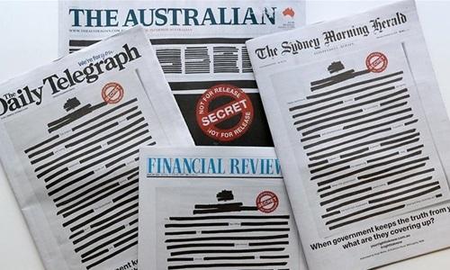 Các tờ báo ở Australia đồng loạt bôi đen trang nhất hôm nay. Ảnh: AP.