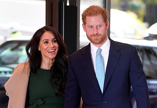 Vợ chồng Harry - Meghan tham dự một lễ trao giải cho trẻ em ở London, Anh hôm 15/10. Ảnh: Reuters