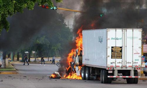 Xe tải bị đốt cháy sau trận đấu súng giữa cảnh sát và tội phạm băng đảng ở Culiacan, Mexico hôm 18/10. Ảnh: AFP.