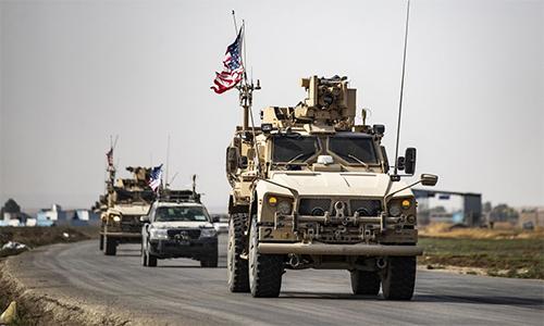 Đoàn xe quân sự Mỹ chở binh sĩ rút khỏi thị trấn Tal Tamr, Syria ngày 20/10. Ảnh: AFP.