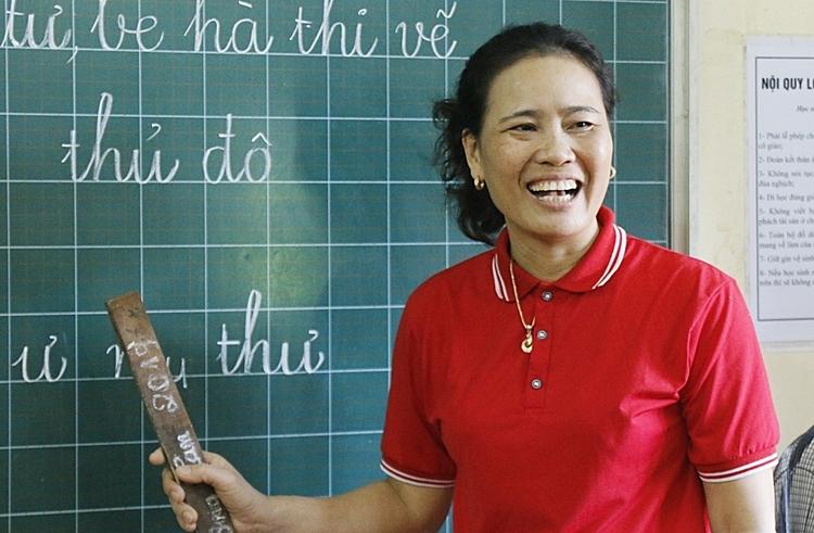 Cô Hòa dạy học trò đọc và phát âm. Ảnh: Thanh Hằng