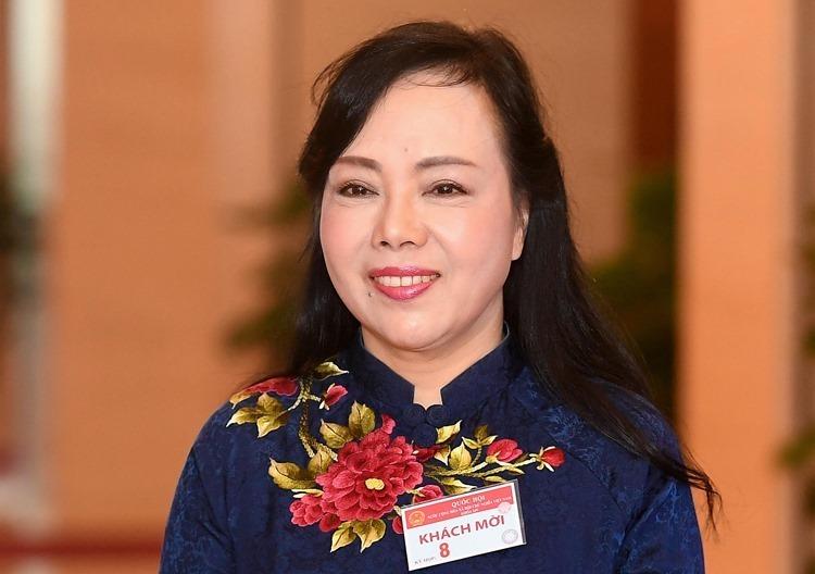 Bộ trưởng Y tế Nguyễn Thị Kim Tiến bên hành lang Quốc hội sáng 21/10. Ảnh: P.V