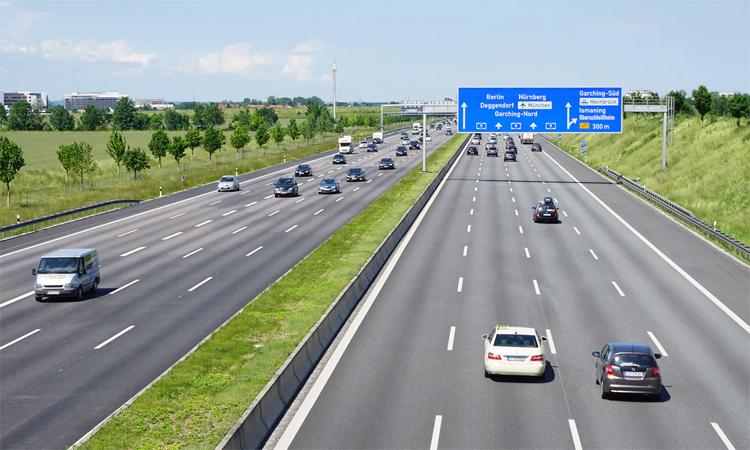 Một đoạnthuộc hệ thống Autobahn, với 5 làn đường mỗi bên chiều đi. Ảnh: Wikimedia Commons