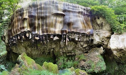 Những đồ vật hóa đá khi rơi xuống giếng. Ảnh: Wikipedia.