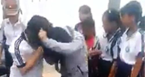 Hai nữ sinh lao bào đánh nhau trong sự cổ vũ của các em khác. Ảnh: Cắt từ video.