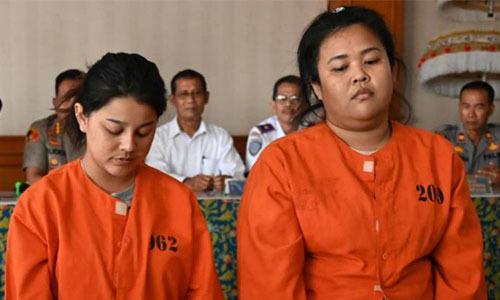 Kasarin Khamkhao (trái)và Sanicha Maneetes tại tòa ngày 21/10. Ảnh: AFP.