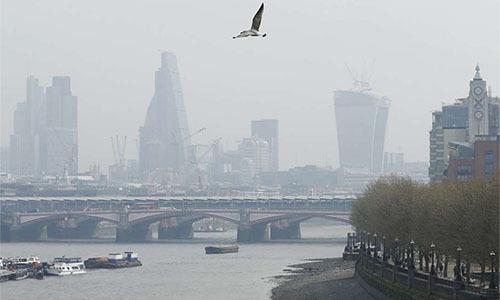 Đường chân trời bị mờ trong một ngày ô nhiễm gia tăng ở London. Ảnh: Reuters.