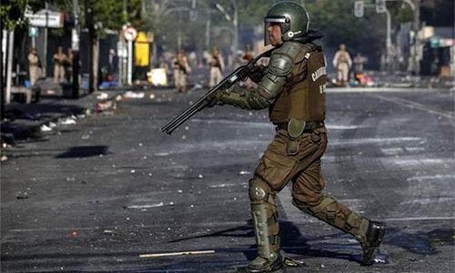 Một cảnh sát chống bạo động ở Valparaiso, Chile hôm 20/10. Ảnh: Reuters.