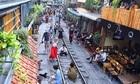 Kinh tế không đi lên từ những quán cà phê bên đường tàu