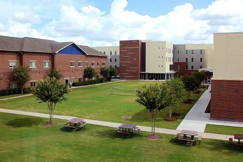 Khuôn viên trường rộng lớn với nhiều tiện ích hiện đại phục vụ học sinh. Xin nguồn ảnh. Khuôn viên trường rộng lớn với nhiều tiện ích hiện đại phục vụ học sinh.