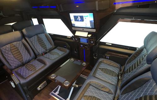 iRich sử dụng công nghệ kính điện tự động để thay rèm vải tăng khả năng cách nhiệt lên gấp đôi để bảo vệ xe.Chỉ cần một nút cảm ứng là có thể điều khiển rèm ở 5 chế độ trong - mờ. Trong xe còn bố trí hộc để đồ cá nhân tự động, két sắt rộng lớn đựng laptop, sạc USB, 9 sạc không dây, hệ thống đàm thoại rảnh tay trực tuyến giữa khoang tài xế và khoang hành khách...