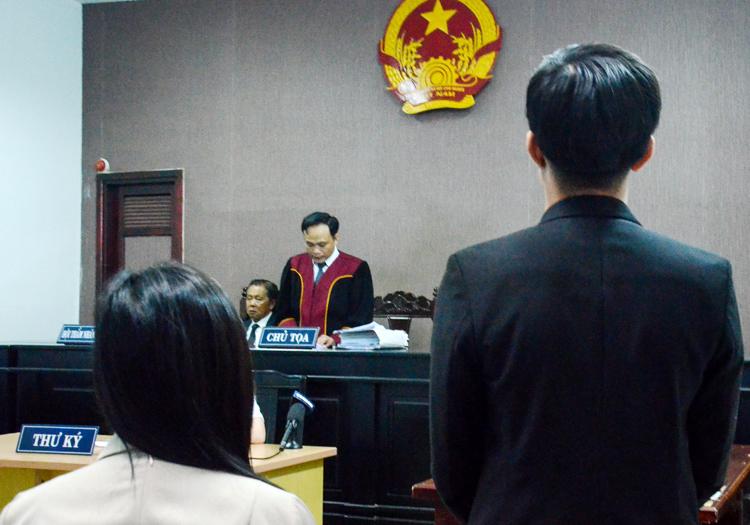 Bị đơn nghe HĐXX tuyên án. Ảnh: Uyên Trinh.