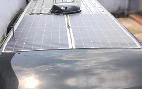 Hệ thống pin năng lượng mặt trời bố trí trên nóc xe tăng khả năng chống nóng, đồng thời cung cấp nguồn ổn định để các tiện ích trên xe hoạt động liên tục mà không cần nổ máy. Thông tin chi tiết liên hệ hotline 24/7: Miền Nam 0981119511 (miền Nam) – 0986602288 (miền Bắc)