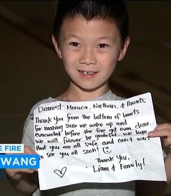 Nathan Wangvà bức thư cảm ơn của gia đình bạn thân. Ảnh: ABC7.