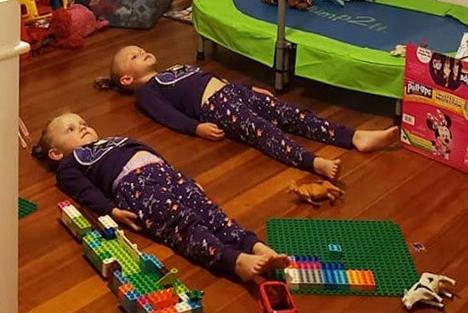 Hai con gái của DEntremont nằm dưới sàn nhà để hấp thụ ánh sáng cho bộ đồ ngủ. Ảnh: Jessica DEntremont.