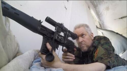 Lính nguyện viên Michael Enright canh gác trong trận chiến ở Raqqa, thành trì cuối cùng của IS ở Syria. Ảnh: Washington Post.