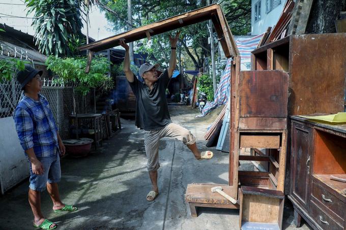 Xóm đồ gỗ cũ ven kênh Sài Gòn