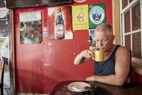 Enright uống trà tại một quán nhỏ ở Belize. Ảnh: Washington Post.
