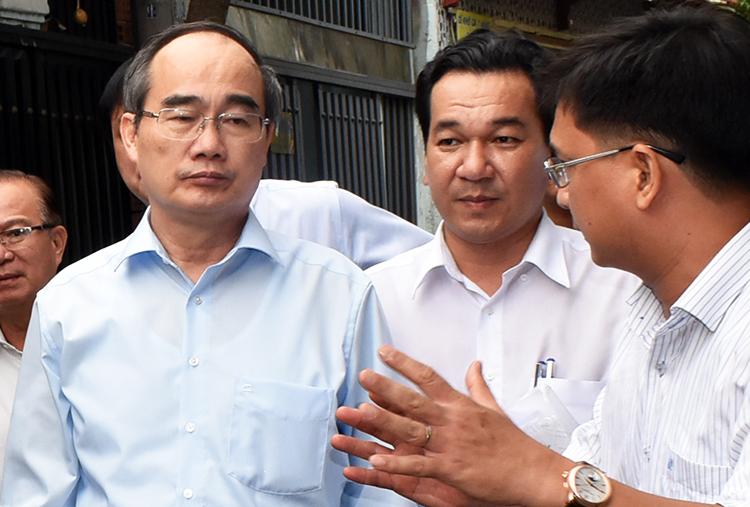 Bí thư Nguyễn Thiện Nhân đi khảo sát thực tế công trình sai phạm. Ảnh: Trung Sơn.