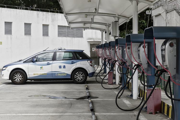 Taxi điện BYD E6 được sạc tại một trạm sạc điện ở Thâm Quyến, Trung Quốc. Ảnh: Bloomberg