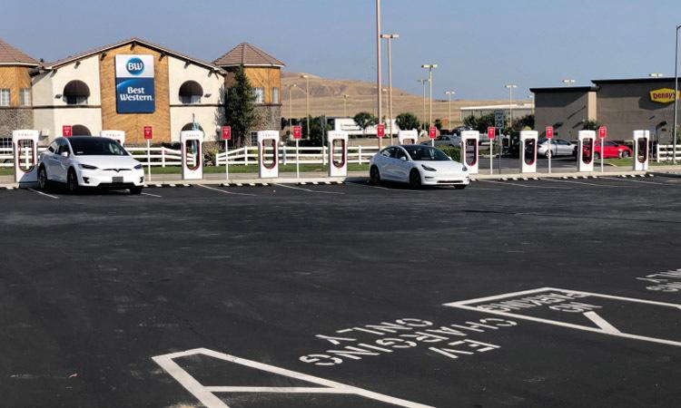 Tesla Model S sạc điện tại trạm sạc siêu nhanh ở Lebec, California. Ảnh: