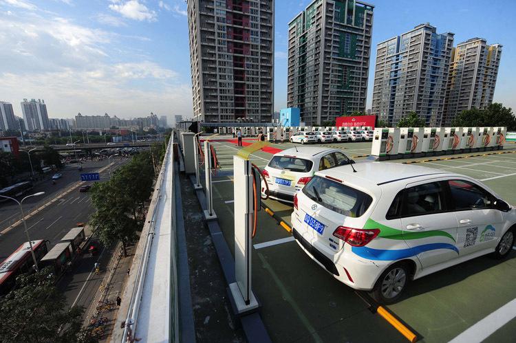 Một trạm sạc trên mái tòa nhà SOHO Modern City ở Bắc Kinh. Ảnh: AP