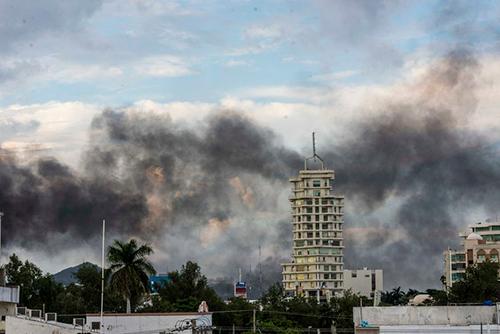 Khói từ các xe tải bị đốt phá bốc lên trời ở thành phố Culiacan, bang Sinaloa, Mexico hôm 17/10. Ảnh: AP