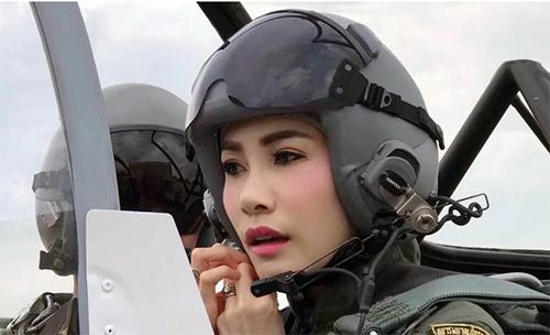 Sineenat trong một lần tham gia huấn luyện lái máy bay quân sự. Ảnh: Thailand Royal Household