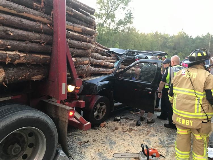 Ôtô lao vào đuôi xe tải chở gỗ.